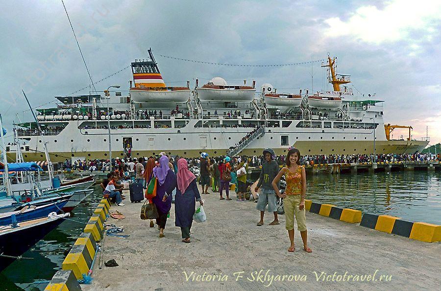 Корабль в порту, Флорес, путешествие по Индонезии
