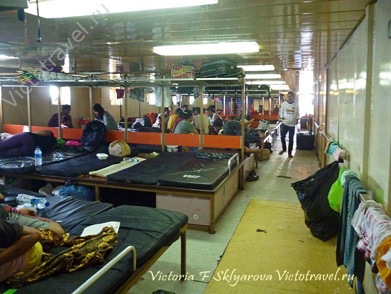 салон эконом класса на корабле, путешествие на остров Флорес, Индонезия