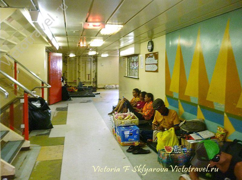 внутри большого корабля, путешествие по Индонезии