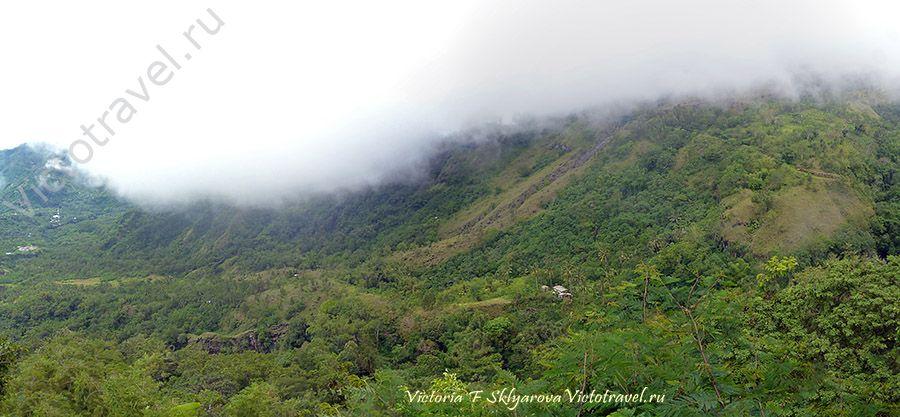 Вид на долину у подножия вулкана Инери, остров Флорес, Индонезия