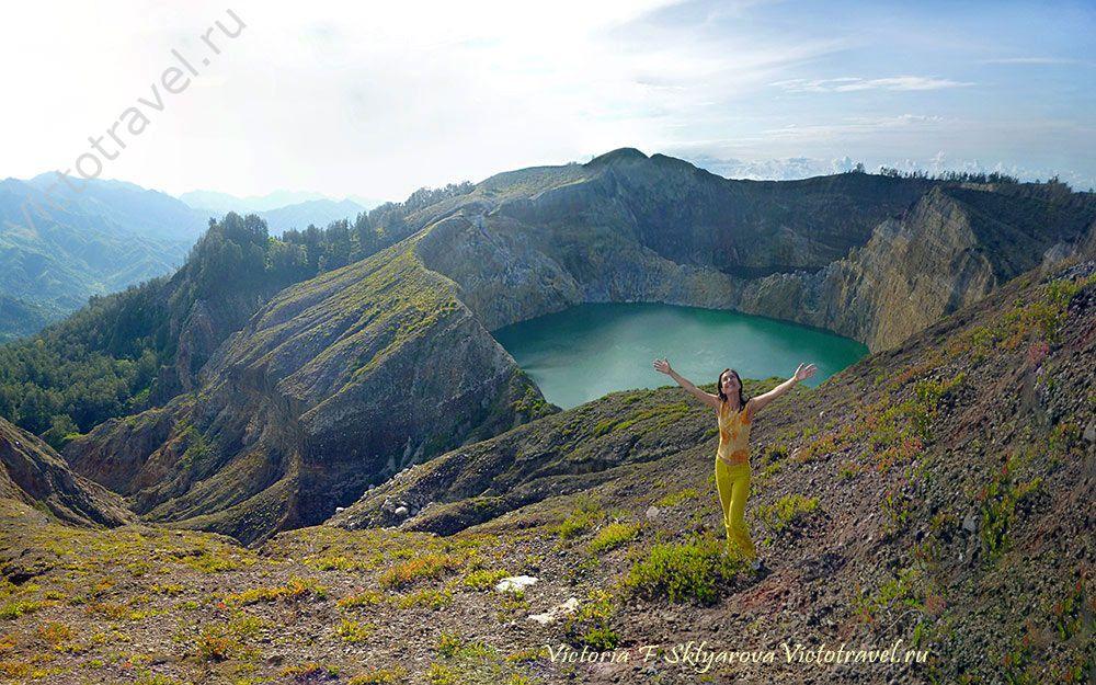 рассвет, над озером в кратере вулкана Келимуту, остров Флорес, Индонезия