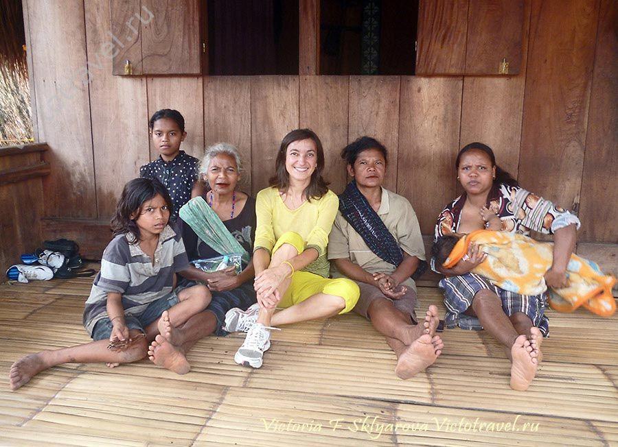 Я и женщины народности Нгада, деревня Бена, остров Флорес, Индонезия